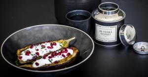 Gegrillte Aubergine, mit lavendel parfümiertem Hangop und Granatapfel.